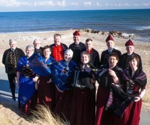 Kingokoret fra Tjørnuvík havde grund til at smile under korets besøg i Danmark i påsken. Mange kom for at høre koret synge. Her poserer koret i Klitmøller ved Vestkysten. Foto: Ulrik Samsøe Figen