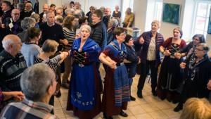 Palmesøndag bød koret fra Tjørnuvík på en kædedans i Ørslevkloster. Det vakte stor begejstring blandt deltagerne i et kulturelt arrangement i sognehuset. Foto: Jens Kristensen